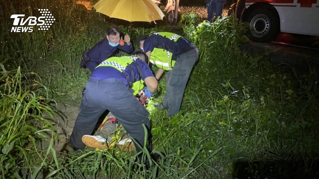 圖/TVBS 怎有燈在閃?酒醉男自摔草叢 警急救援