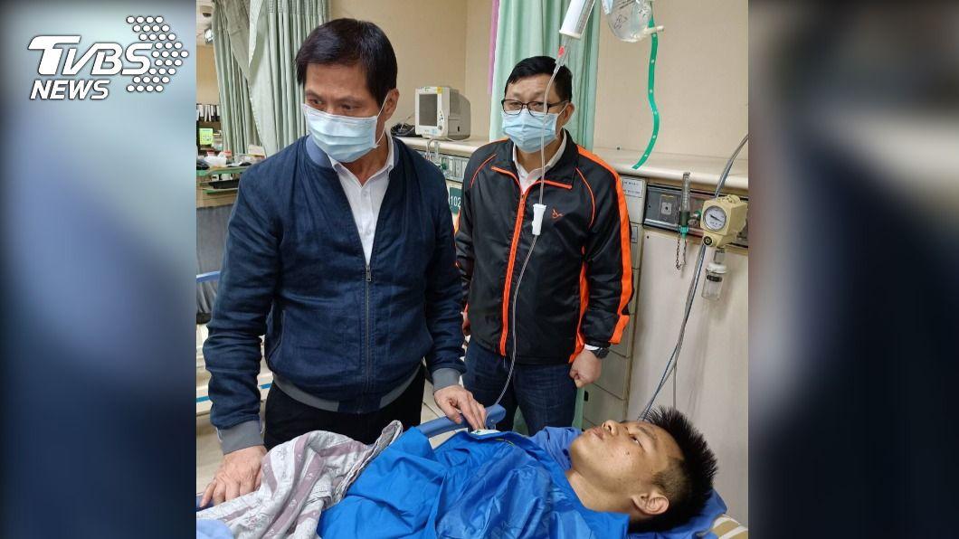 基隆市警察局局長林炎田到醫院探視受傷員警林裕傑。(圖/TVBS) 通緝犯猛撞!勇警「腦出血斷腿」反自責:對不起沒幫上忙