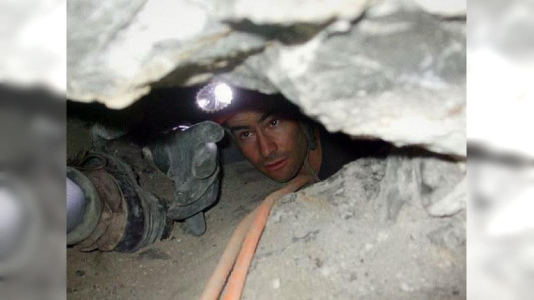 美國一名醫學院高材生熱愛「洞穴探險」,結果整個人被卡在45公分不到的洞穴內喪命。(圖/翻攝自推特) 挑戰45公分「洞穴探險」 醫學院高材生卡死被灌漿埋葬