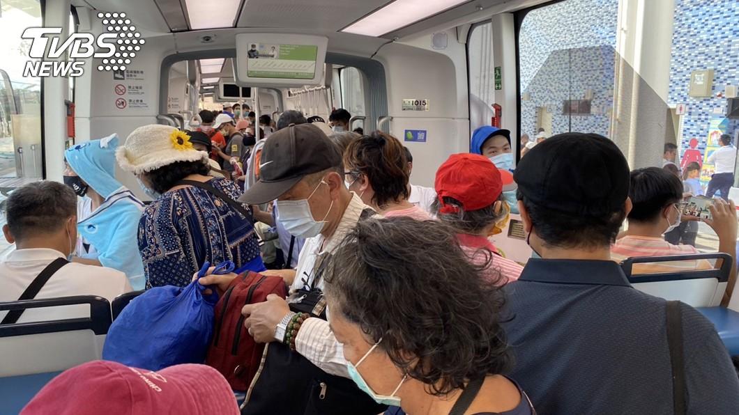 淡海輕軌藍海線通車首日班班客滿。(圖/中央社) 藍海線通車首日班班客滿 總人次估逾2萬5千人