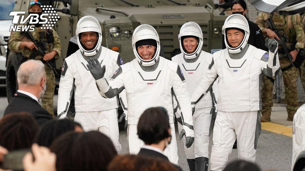 SpaceX飛龍號載4人赴太空站。(圖/達志影像美聯社) SpaceX飛龍號順利升空 載4人赴太空站