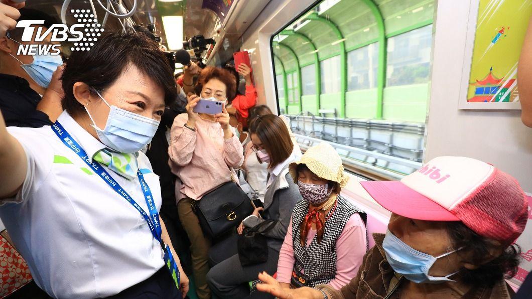(圖/中央社) 台中捷運試營運首日 市民興奮:終於等到了