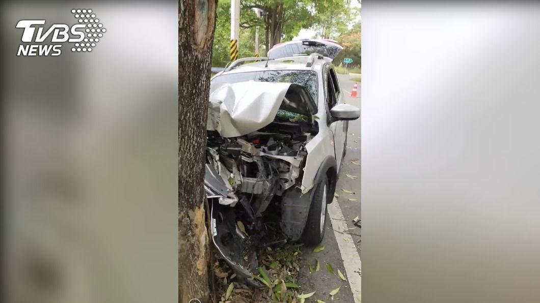 嘉義一輛休旅車自撞路樹。(圖/TVBS) 休旅車自撞路樹!乘客當場死亡 駕駛骨折送醫搶救中