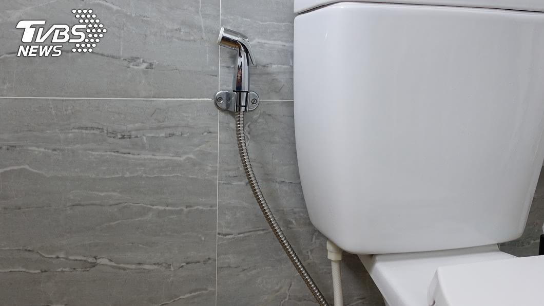 許多馬桶旁邊會放水柱噴槍。(示意圖/shutterstock達志影像) 不是洗廁所!馬桶旁「水噴槍」真實用途曝光:誤會好多年