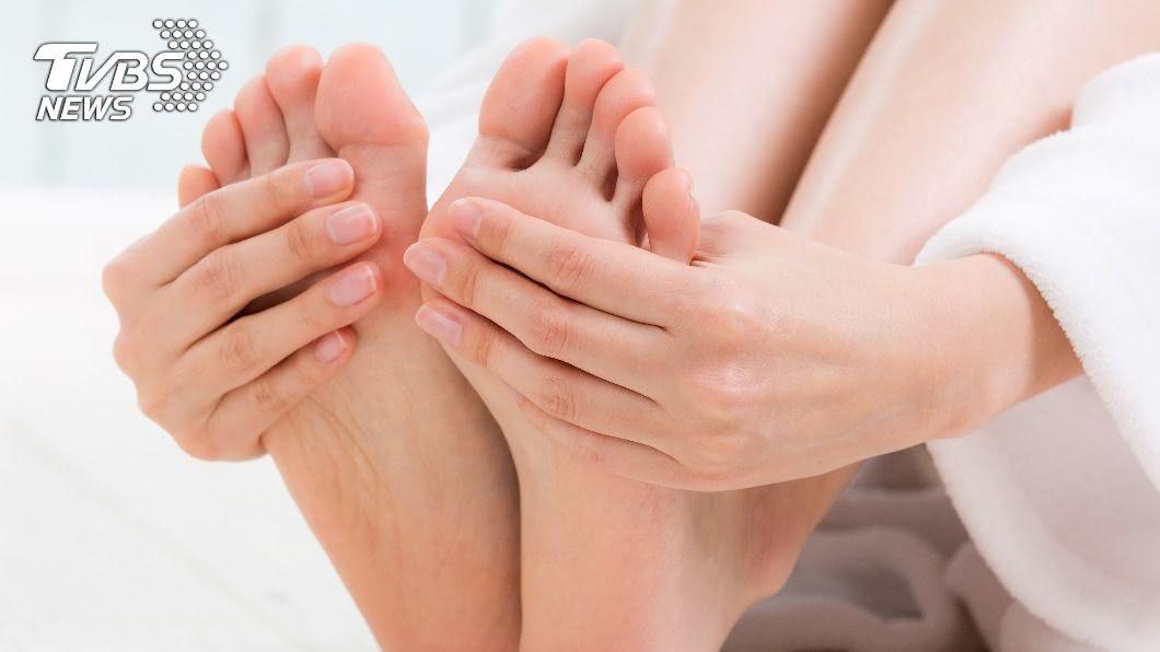 不少人容易手腳冰冷,當心有可能是周邊動脈阻塞。(示意圖/shutterstock達志影像) 手腳長期冰冷恐截肢?醫教4招防周邊動脈阻塞