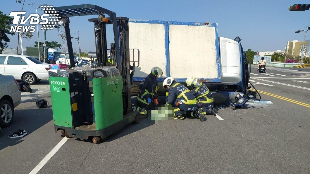 中市一輛貨車突失控撞擊路旁4部機車。(圖/中央社) 貨車連撞4機車 女騎士遭壓當場死亡、2傷者送醫