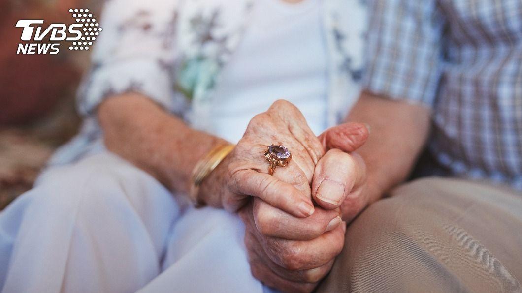 不少夫妻結婚步入到老年,感情依舊甜蜜令人稱羨。(示意圖/shutterstock 達志影像) 公公抱怨「都不給摸」守活寡 婆婆神回1句媳在旁笑歪