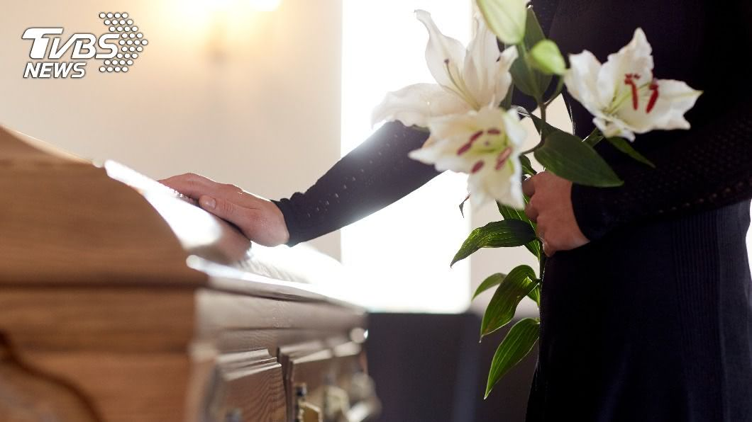 女子出遠門回家驚見家人正在舉辦「自己的喪禮」。(示意圖/shutterstock達志影像) 女出遠門回家驚見「自己喪禮」 鄰嚇瘋逃:怎麼還活著?
