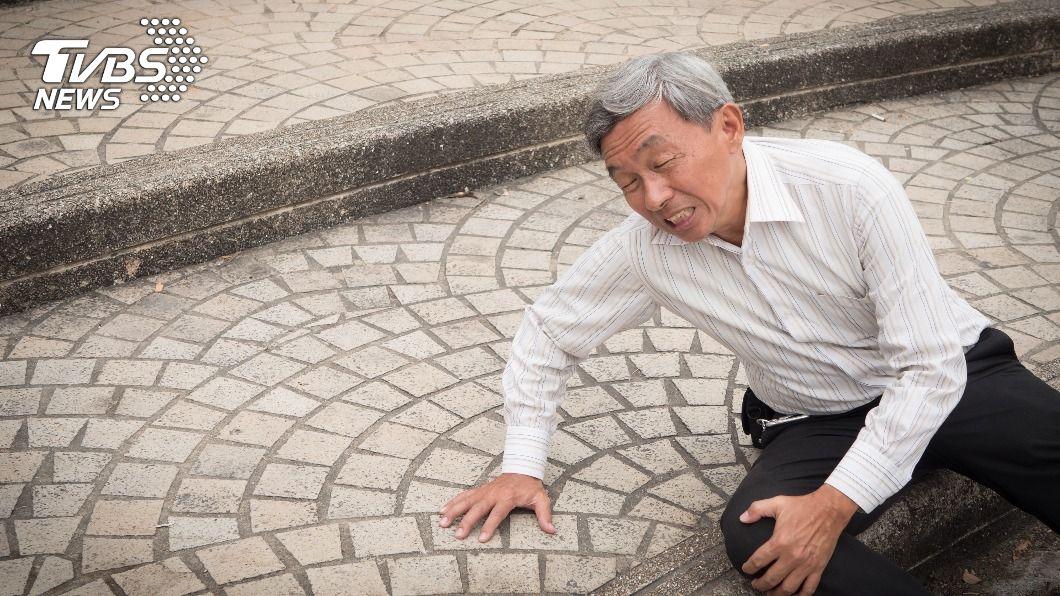 頸椎後縱韌帶骨化症好發於男性,且致病原因不明。(示意圖/shutterstock達志影像) 亞洲人常見「後縱韌帶骨化症」 壓迫1部位速動手術