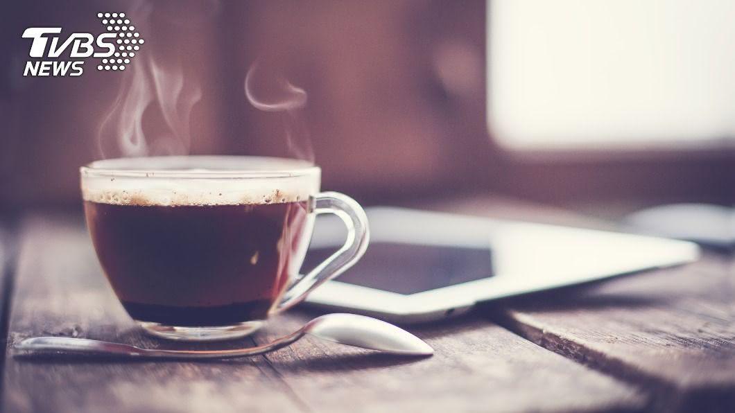若患有脂肪肝的患者想喝拿鐵,建議自行泡黑咖啡加低脂牛奶。(示意圖/shutterstock達志影像) 防彈咖啡未必健康 營養師授2喝法告別脂肪肝
