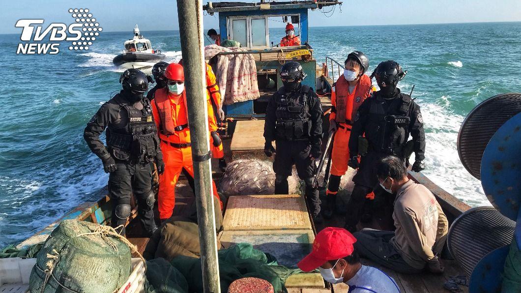 (圖/中央社) 陸漁船越界高速蛇形拒檢 金門海巡強勢逮獲