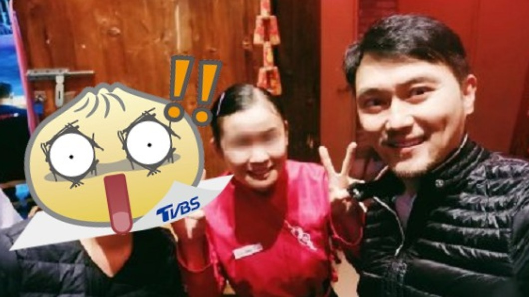 袁詠儀在火鍋店被捕獲,凍齡美貌令人驚艷。(圖/翻攝自微博) 袁詠儀素顏嗑鍋被捕獲 49歲「真實面貌」超驚人