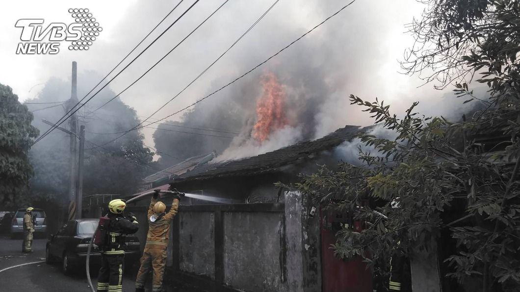 (圖/中央社) 木造舊宿舍起火 火勢凶猛濃煙籠罩民雄警分局