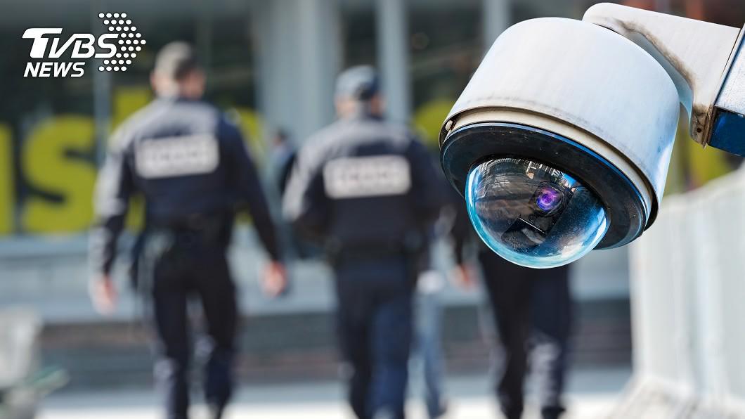 現在許多社區或辦公大樓,都會聘僱保全人員。(示意圖/shutterstock 達志影像) 被住戶問「老婆陪你上班嗎?」 保全調閱監視器愣住崩潰