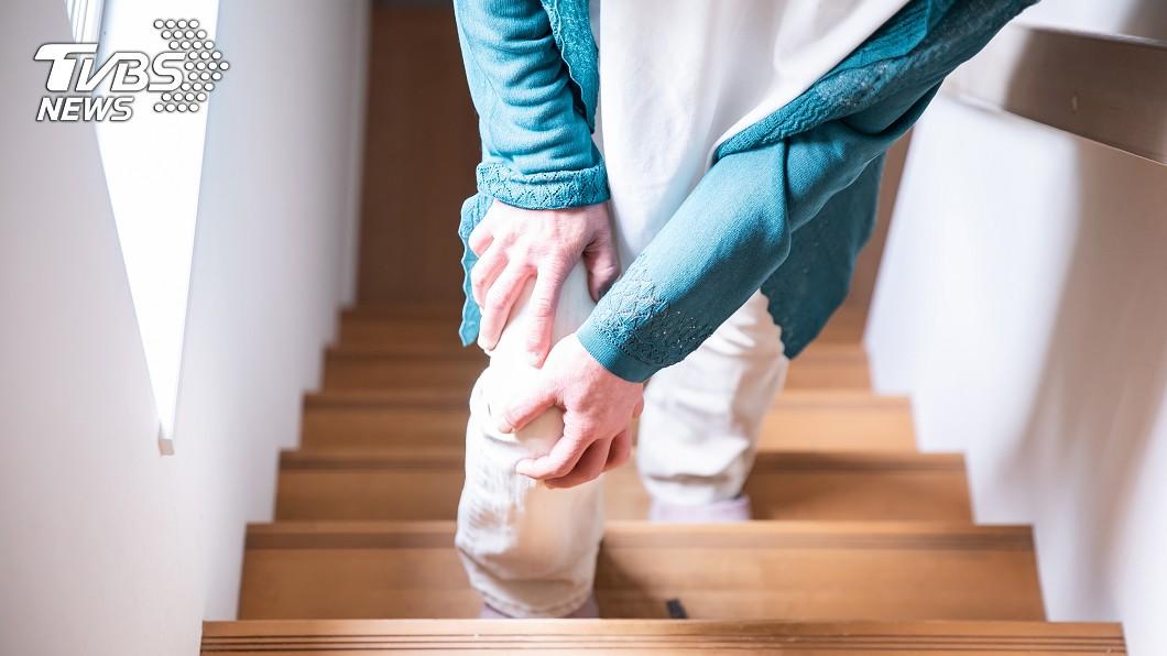 50歲陳女長期下肢麻木、走不動,就醫發現是脊椎長腫瘤。(示意圖/shutterstock 達志影像) 5旬婦腳麻走不動 就醫一查「脊椎長瘤」急開刀