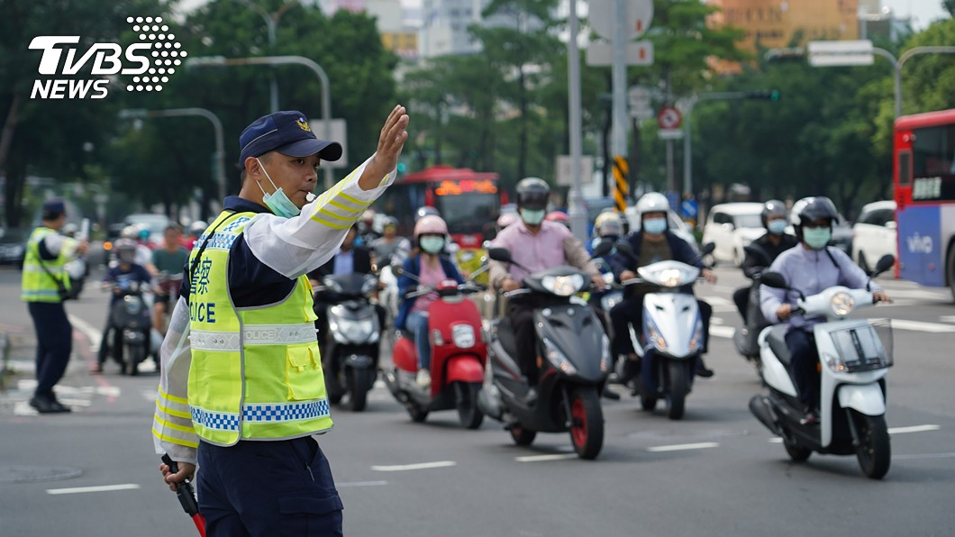 民眾若有交通法規相關問題,可直接洽詢警察機關。(示意圖/中央社) 網傳紅燈越線及酒駕裁罰新規定 警政署回應了