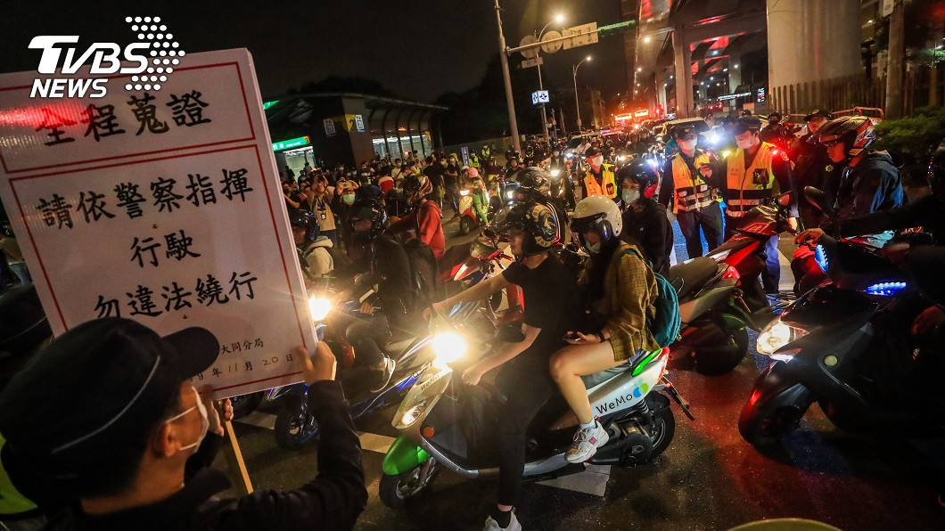 多名機車族以連續待轉方式抗議。(圖/中央社) 鄭州路塔城街口禁直接左轉 機車族待轉大富翁抗議