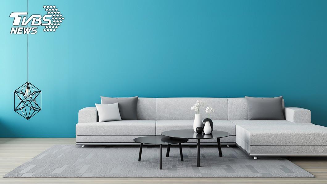 設計一面有顏色的牆,比全室一片白視覺上看起來更大。(示意圖/shutterstock 達志影像) 別漆整片白牆 6招「空間放大術」省錢裝修免換屋