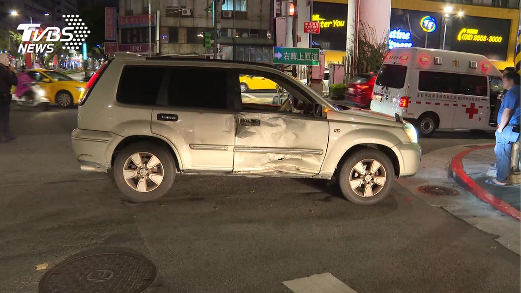 圖/TVBS 休旅車搶快左轉害機車猛撞 騎士骨折重傷