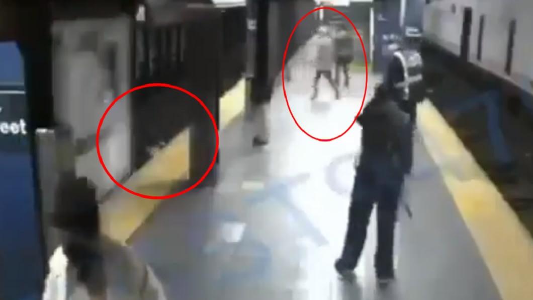 凶手撞下女子後,還等到火車輾過才安心離去。(圖/翻攝自Progressive Action推特) 男火車進站前1秒猛撞!女落軌遭「高速狂輾」瞬間全都錄