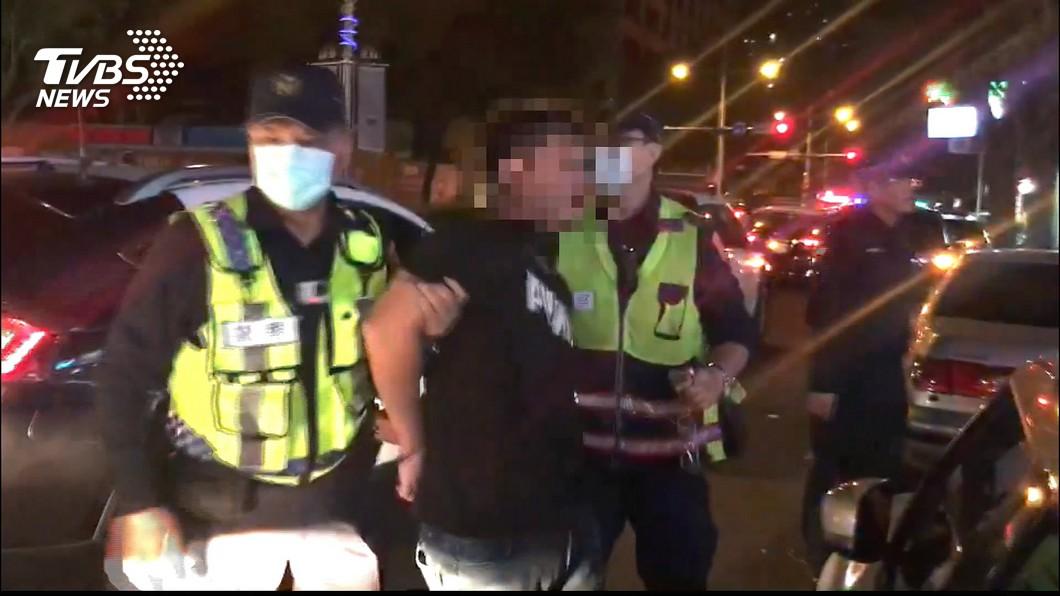 圖/TVBS 喝醉「搶付1100元」 酒客與KTV員工爆拉扯