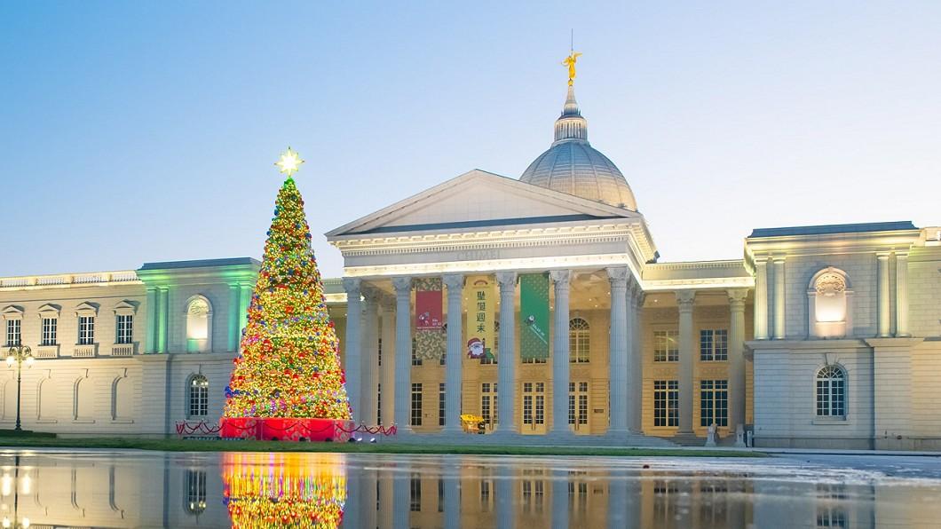 奇美博物館悄悄點亮高13公尺的幸福耶誕樹。(圖/翻攝自奇美博物館 Chimei Museum臉書) 奇美博物館週末市集 13公尺「幸福耶誕樹」浪漫點燈
