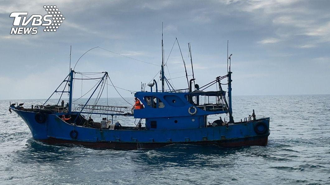 一艘大陸福建籍漁船20日越界捕魚。(圖/中央社) 陸船越界非法捕撈還蛇行逃逸 海巡押回6人漁獲海拋