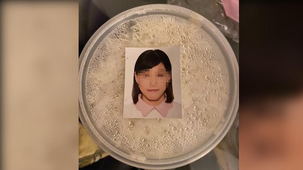 女子照片嚇壞網友。(圖/翻攝自Expat Hong Kong臉書) 外送餐盒黏「妹照」男秒起雞皮 知情曝習俗:她死了快燒