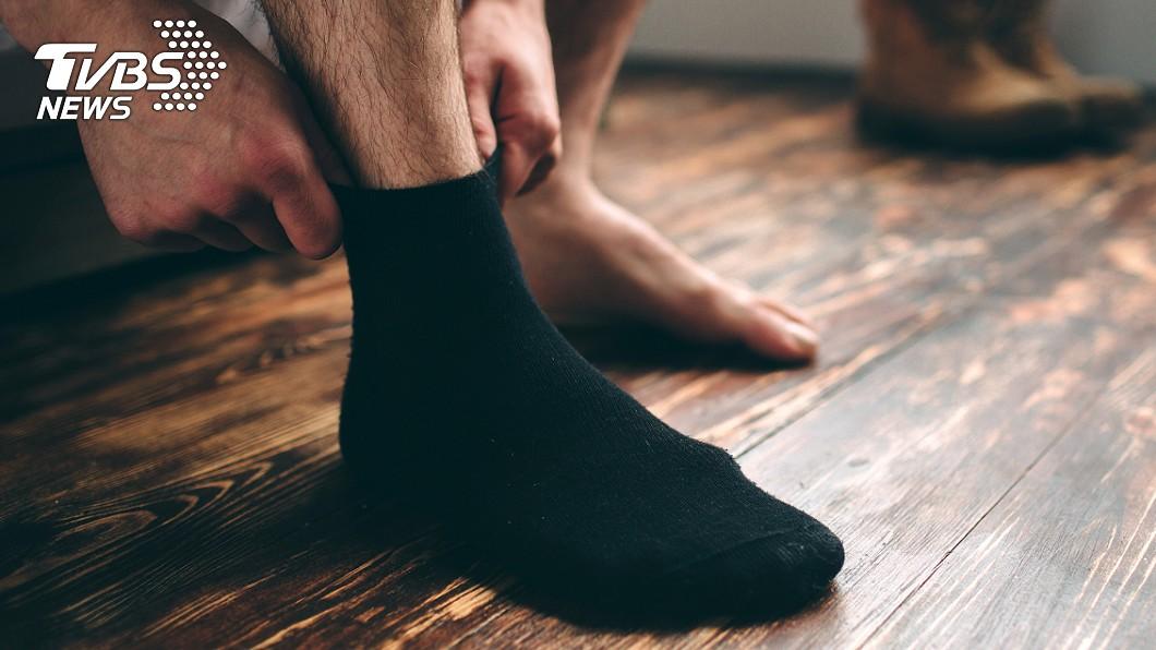 穿襪突劇烈刺痛!下秒見「毒蜂竄出」 議員忍痛跑行程崩潰