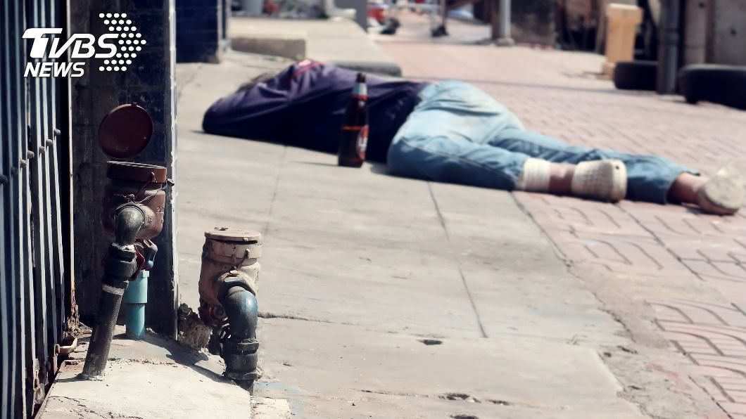 (示意圖/Shutterstock達志影像) 醉男睡大街「融化柏油路」黏住頭 沾滿瀝青崩潰剃髮