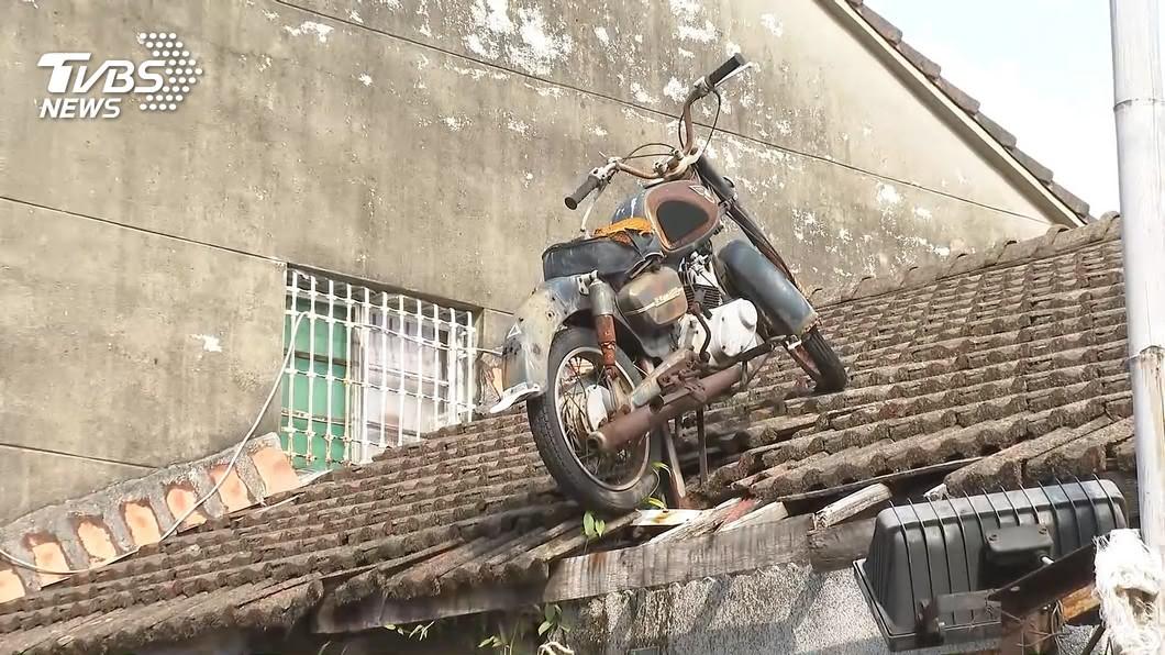 威風老機車停放廢棄老屋頂十年 網路爆紅