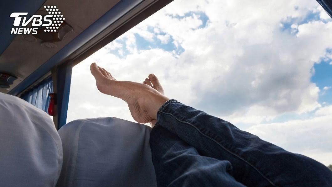 (示意圖/Shutterstock達志影像) 大媽搭公車「橫躺抬腳靠窗」 濃味狂飄灰指甲全外露