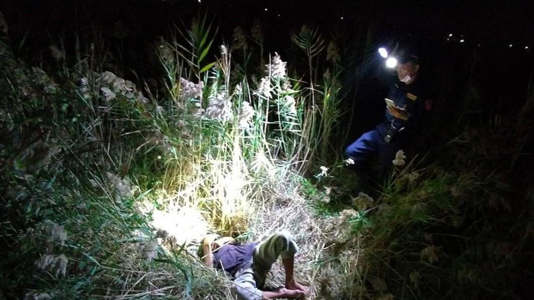 警方在大草叢內發現虛弱的失智老翁。(圖/翻攝自嘉義縣警察局臉書) 8旬翁徹夜失蹤 警急尋12小時「大草叢內找到人」