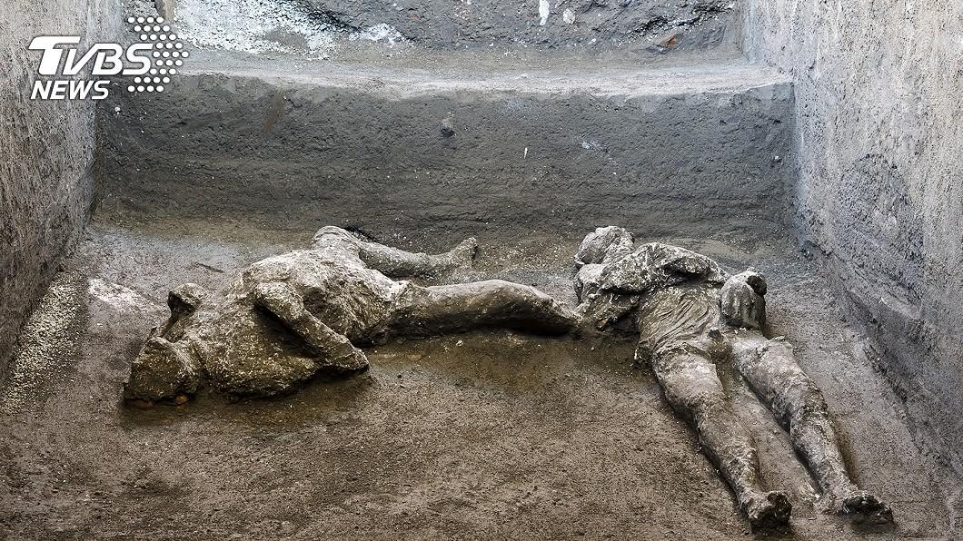龐貝古城近郊挖出保存完整的2具遺骸。(圖/達志影像美聯社) 被埋2000年!龐貝挖出「主僕遺骸」逃城躲火山爆發