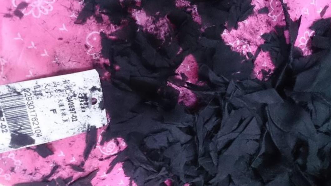 女子網購的衣服,竟化成灰燼。(圖/翻攝自PTT) 女拆塵封多年網購衣 「化為灰燼」臉秒綠:別亂省錢