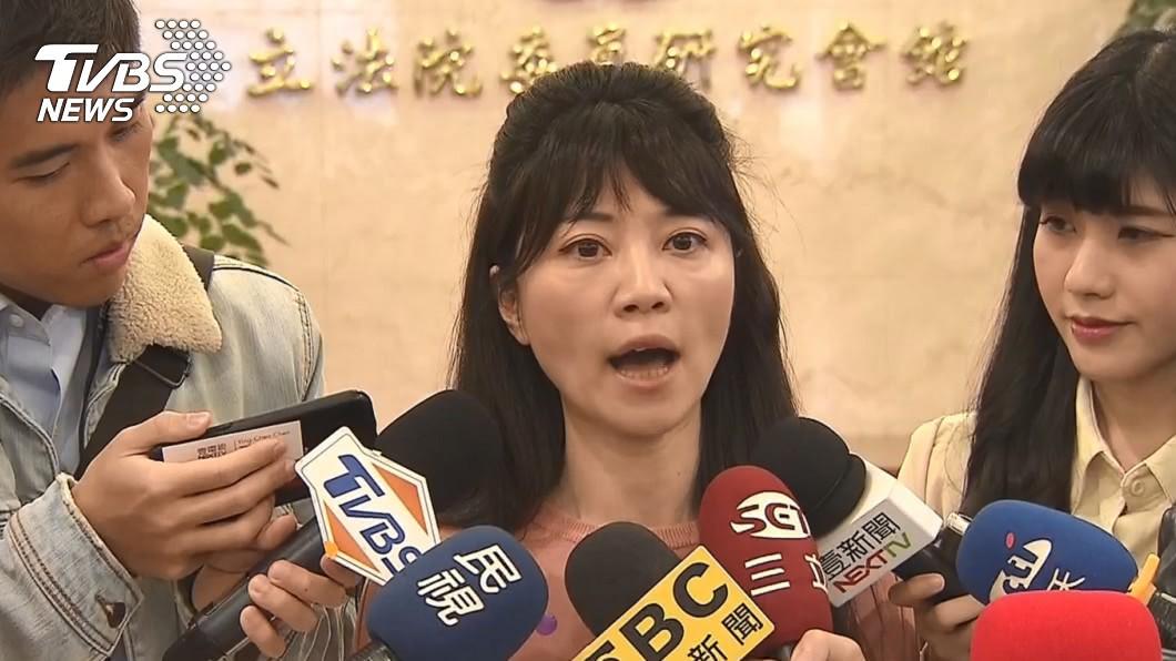 高嘉瑜受訪表示常吃過期食物省錢。(圖/TVBS) 高嘉瑜吃過期食物、房間如垃圾山 母不捨落淚:太辛苦