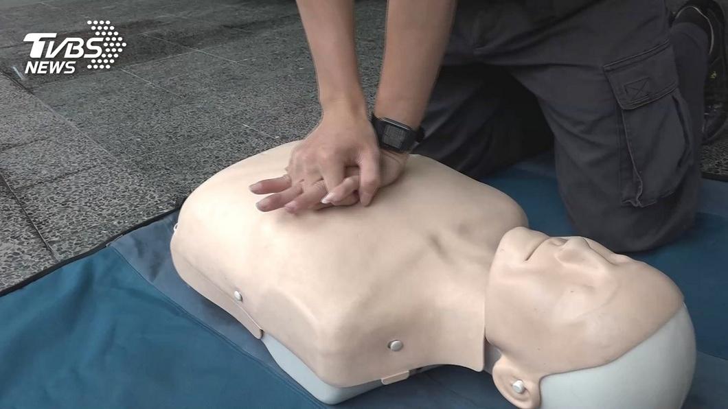 女子幫同事進行15分鐘CPR搶救。(示意圖/TVBS資料畫面) CPR救2命反被喊告!她心寒曝「病公主」私下惡行