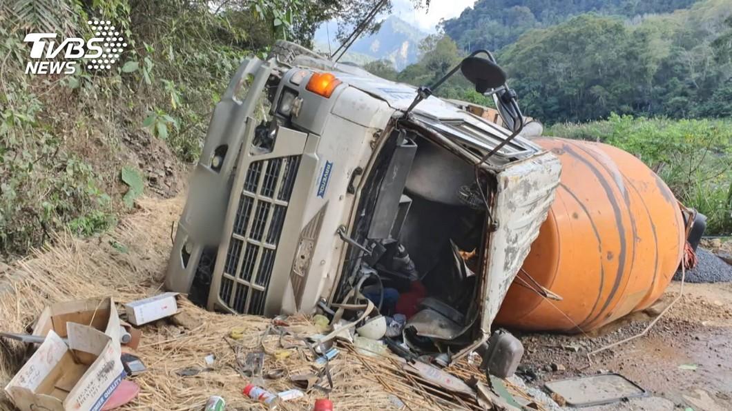 水泥車疑煞車失靈 翻落邊坡駕駛困4小時
