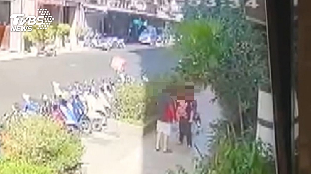 陌生醉女強抱男嬰 阿嬤、生母急攔衝突