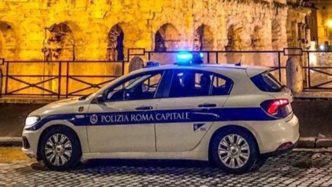 (示意圖/翻攝自PoliziaRomaCapitale推特) 警察夫妻「車內纏綿」忘關對講機 6千警線上收聽恩愛聲