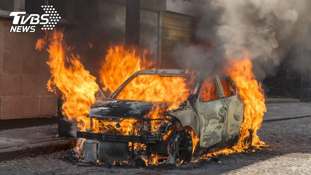 女子才剛逃出火燒車,沒想到還是墜橋身亡。(示意圖/shutterstock達志影像) 逃不過死劫!才爬出火燒車 24歲女下秒「墜橋身亡」