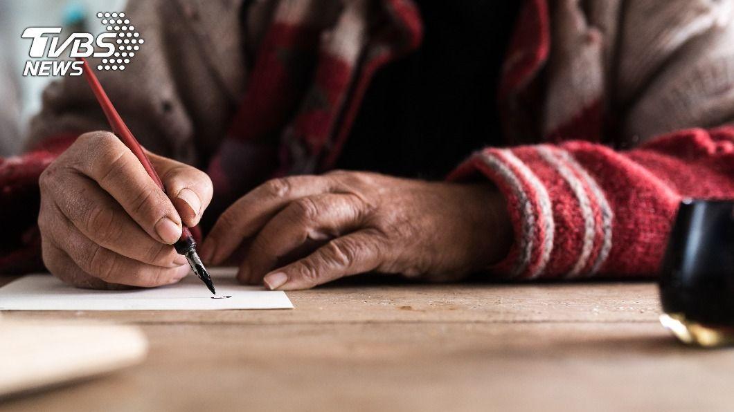 男子為妻苦讀,還手寫情書讓人動容。(示意圖/shutterstock 達志影像) 男不識字為妻苦讀20年 「手寫情書」示愛惹鼻酸