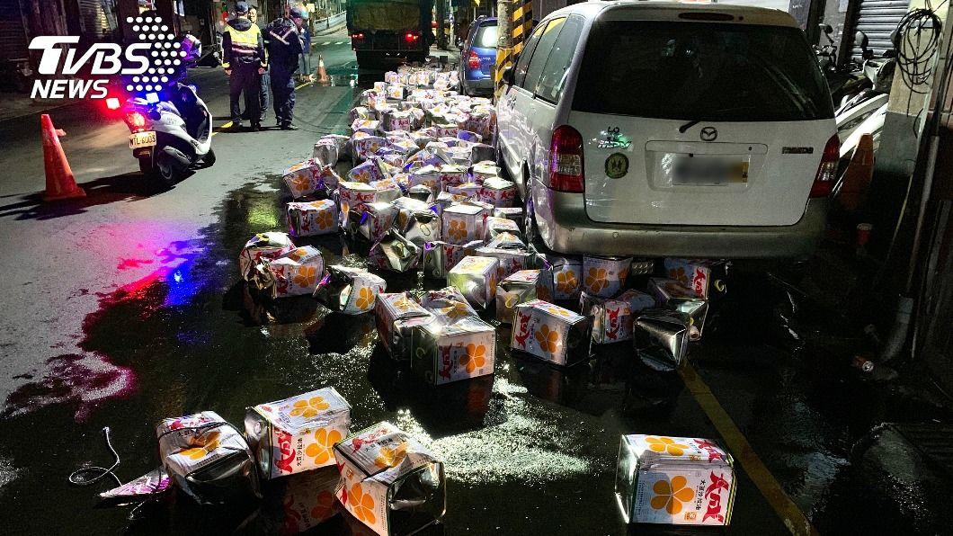(圖/中央社) 基市百餘桶沙拉油摔出貨車灑一地 路面油膩膩