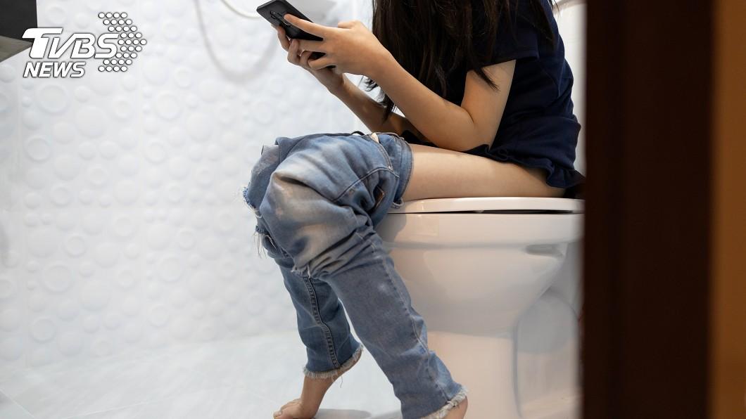 示意圖/shutterstock/達志影像 CEO每天早到晚退!裝針孔偷拍女同事如廁 遭抓包急滅證