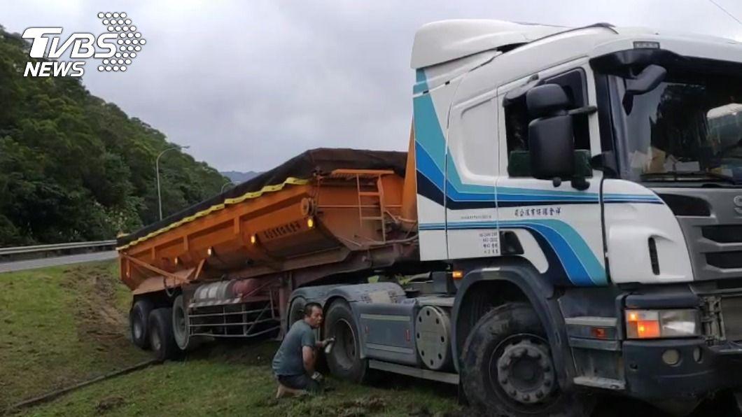 聯結車、大卡車時常會有幾顆輪子懸在空中。(圖片來源/ TVBS) 聯結車為什麼會有輪子懸空? 原因竟然跟「節省」有關?