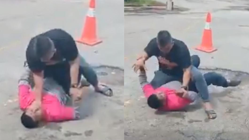 男子因沒收到餐點,氣得衝下樓毆打外送員。(圖/翻攝自buletininfo1malaysia臉書) 外送員餐點沒送上樓 奧客爆氣跨坐「掐頸狂毆」