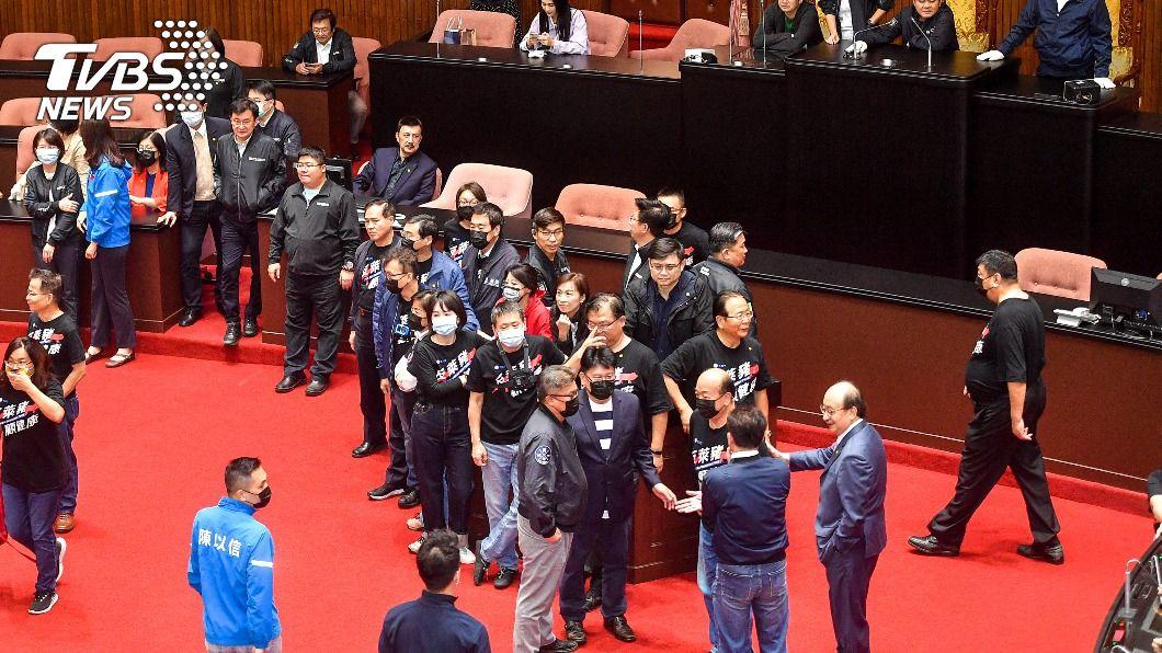 藍綠立委搶占發言台。(圖/中央社) 蘇貞昌今將提施政報告 民進黨團率先占主席台