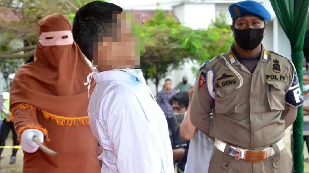 印尼一名19歲男子涉犯性侵罪,遭當地法院判處鞭刑146下。(圖/翻攝自推特) 19歲男蹂躪他人 處146下鞭刑叫聲淒厲昏死受刑台