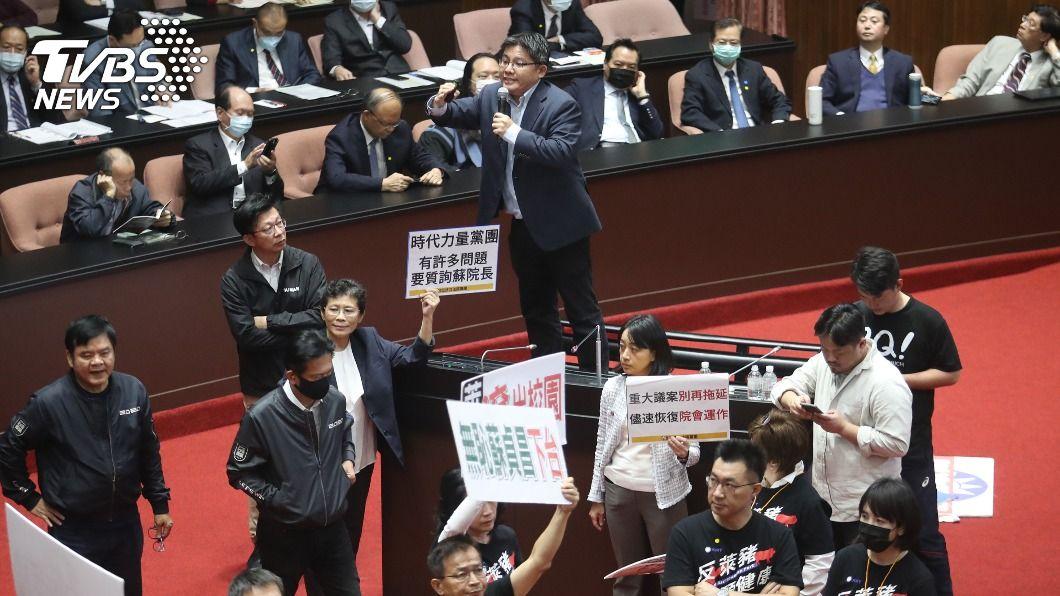 多位立委罕見地站在椅子上質詢。(圖/中央社) 蘇貞昌混亂中施政報告 立委站椅子上質詢萊豬
