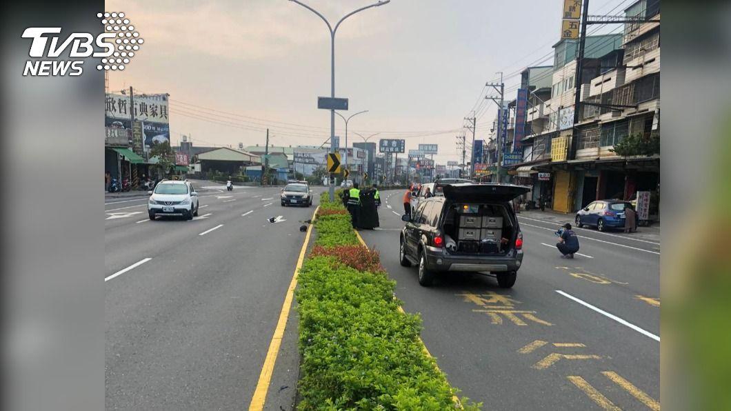 印尼籍男子騎機車雙載自撞分隔島。(圖/TVBS) 高雄死亡車禍!2男自撞分隔島 22歲外籍生倒地慘死